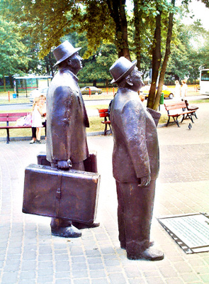 A bronze statue of two travellers in Torun, Poland